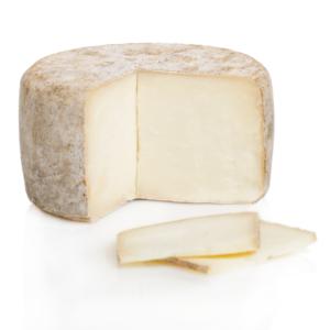 Sabroso queso de cabra O Pepiño, pieza entera y cortada para verlo en detalle