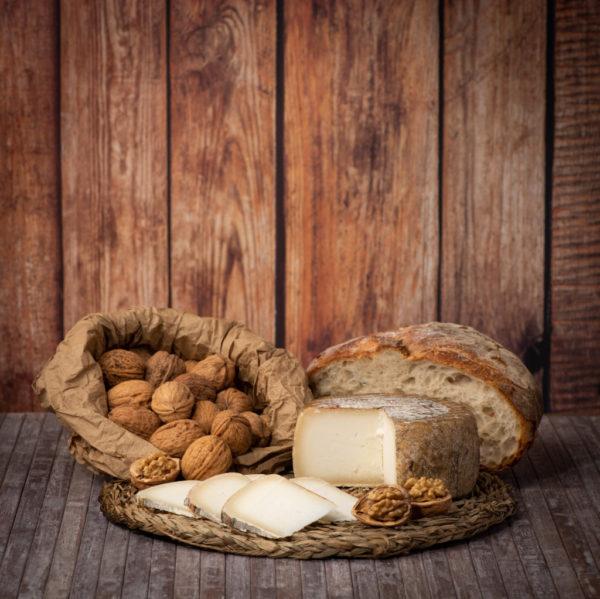 Bodegón con queso de cabra O Pepiño, nueces y pan artesano