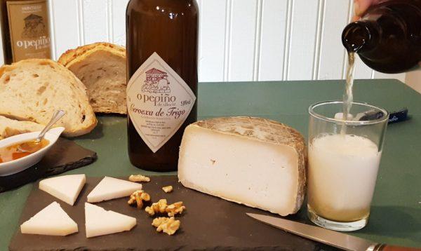 Tabla con cerveza de trigo artesana O Pepiño y queso de cabra galego