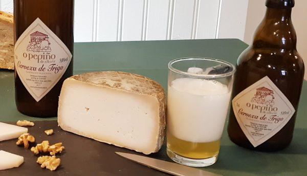 Tabla de cerveza artesana O Pepiño y queso de cabra gallego tradicional