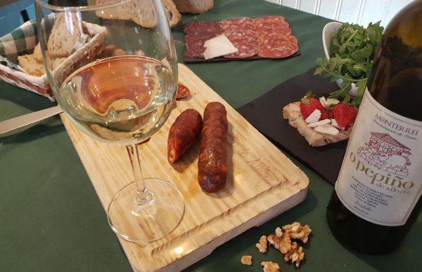Tabla con vino godello O Pepiño con chorizo tradicional y otros embutidos gourmet gallegos