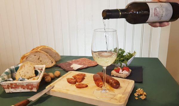 Tabla con vino godello O Pepiño y los mejores embutidos lista para degustar