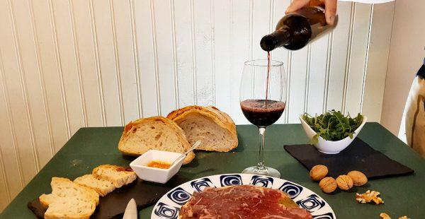 Tabla con vino mencía O Pepiño y los mejores embutidos lista para degustar