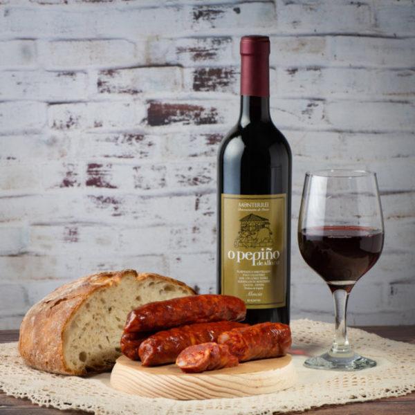Bodegón con chorizo tradicional O Pepiño y vino mencía en copa listo para saborear