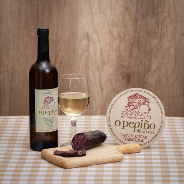 Pack Penamá O Pepiño bodegón con una botella de vino godello y embutido de buey