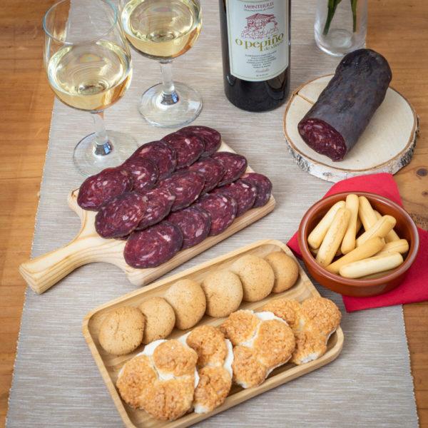 Productos en mesa pack Dillo con Pepiño con buey, godello, almendrados Allariz y galletas