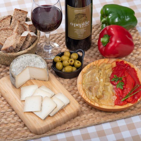Detalles de los productos del Pack queso, pimiento y vino de O Pepiño listos para degustar